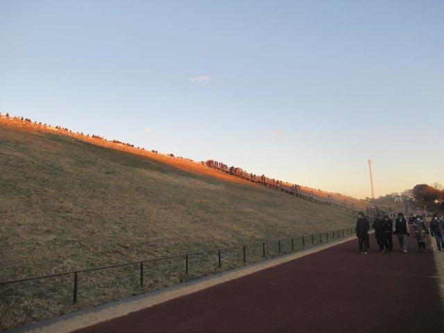 写真①-6 多摩湖堰堤に並ぶ人々.jpg