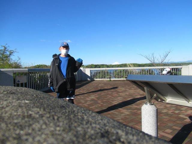 写真②-1 多摩湖の先に富士山.jpg