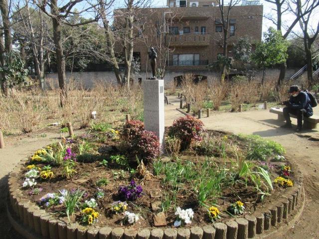 写真⑥-1 少女立像と花壇・アジサイ公園.jpg